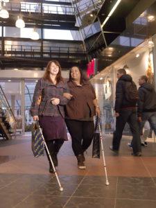 Twee volwassen vrouwen met een blindenstok
