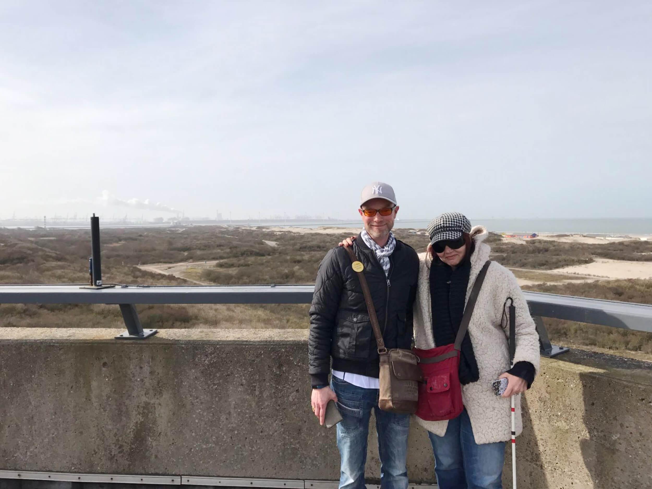 Man en vrouw op een heuvel