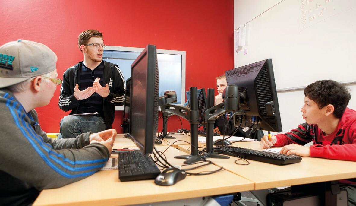 overleg in een computerruimte