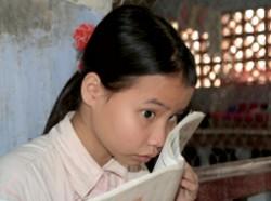 Slechtziend meisje leest een boek