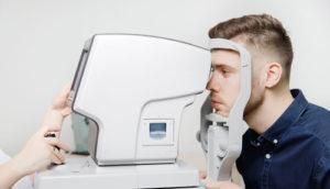 man-krijgt-oogtest